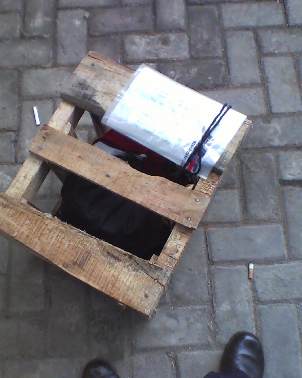gak mungkin juga kan bawa helm beserta kotak kayu itu ,,apalagi si ijo